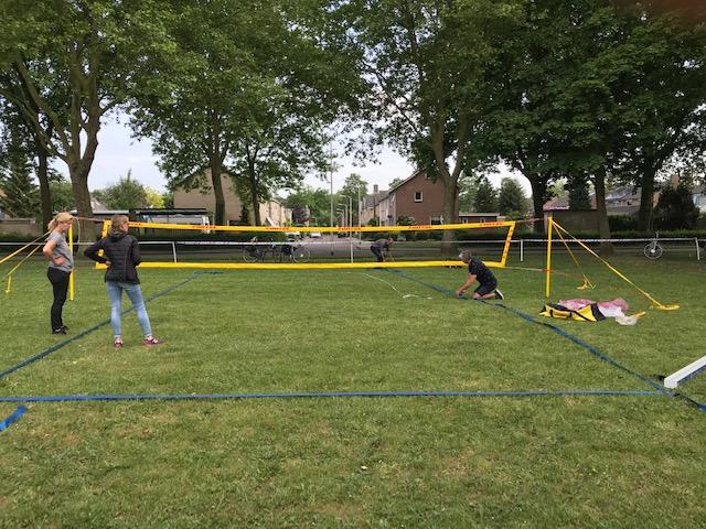 Buiten badmintonnen in Heino